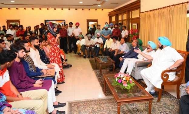 Amarinder hosts Kashmiri students in Punjab for lunch to make them feel at home on Eid