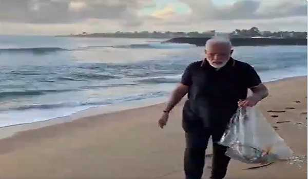 Modi cleans Mahabs beach during morning walk, stresses on keeping public places tidy