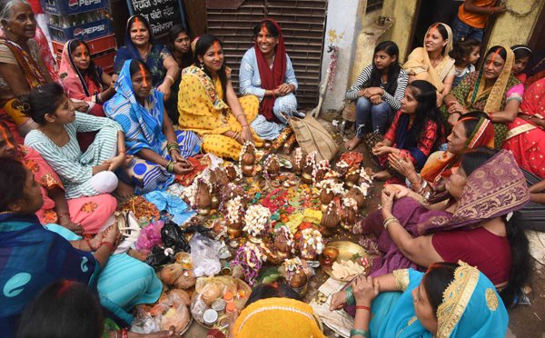 PATNA, OCT 29 (UNI):- Women perform rituals during 'Bhai Dooj' celebration in Patna on Tuesday.UNI PHOTO-55U