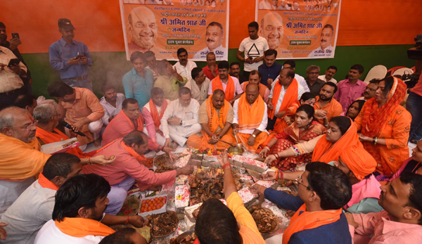 PATNA, OCT 22 (UNI):- BJP supporters performing ritual hawan during celebrate Union Home minister Amit Saha's birthday, in Patna on Tuesday.UNI PHOTO-6U
