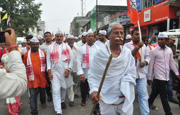 BILASIPARA, OCT 22 (UNI):- Assam Forest Minister Parimal Suklabdya along with local MLA Ashok Singhi particiating in Sanklpa Yatra, at Bilasipara on Tuesday. UNI PHOTO-16U