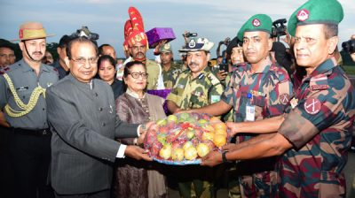 GUWAHATI,OCT 27 (UNI):-Assam Governor Prof. Jagdish Mukhi celebrating Diwali with the BSF Jawans at Sutarkhandi Border Outpost along Indo-Bangla border on Sunday. UNI PHOTO-62U
