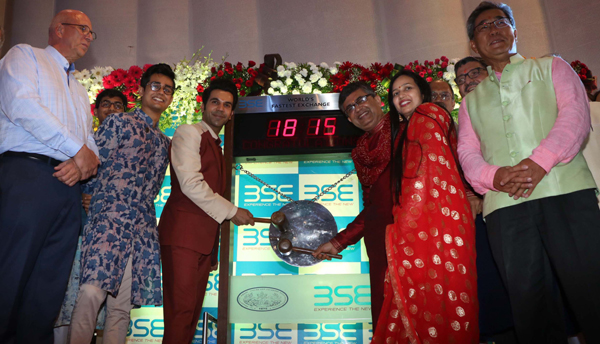 MUMBAI,OCT 27 (UNI) - Bollywood actor Rajkumar Rao ringing the bell with Ashish Kunar Chauhan,MD and CEO of BSE during a special muhurat trading session for Diwali at BSE in Mumbai on Sunday.UNI PHOTO-57U