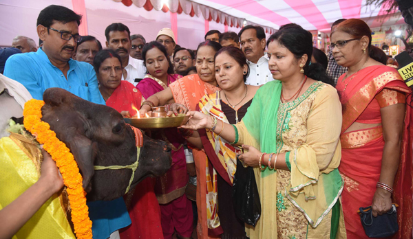 PATNA, OCT 28 (UNI):- Women worshiping cow during Goverdhan Puja in Patna on Monday.UNI PHOTO-26U