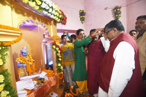 PATNA, OCT 29 (UNI)- Union Minister for Law and Justice and IT Ravi Shankra Prasad performing Puja of 'Chitragupta' in Patna on Tuesday. UNI PHOTO-8U