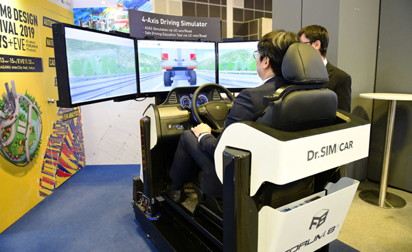 SINGAPORE, Oct. 22, 2019 (Xinhua) -- A man tries a driving simulator at the 26th Intelligent Transport Systems World Congress in Singapore on Oct 22, 2019. Xinhua/UNI PHOTO-13F