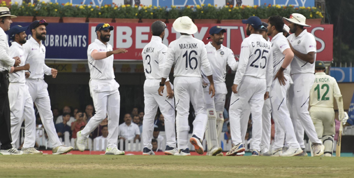 RANCHI, OCT 20 (UNI):– India's Virat Kohli celebrates with teammates after the fall of South African Wicket during the second day of the third and final Test match between India and South Africa in Ranchi on Sunday.UNI PHOTO-50U