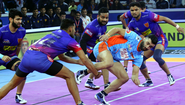 AHMEDABAD, OCT 19 (UNI) - Dabang Delhi (Blue) V/S Bengal Warriors (Sky Blue) players in-action during their Final Pro Kabaddi match in Ahmedabad on Saturday.UNI PHOTO-88U