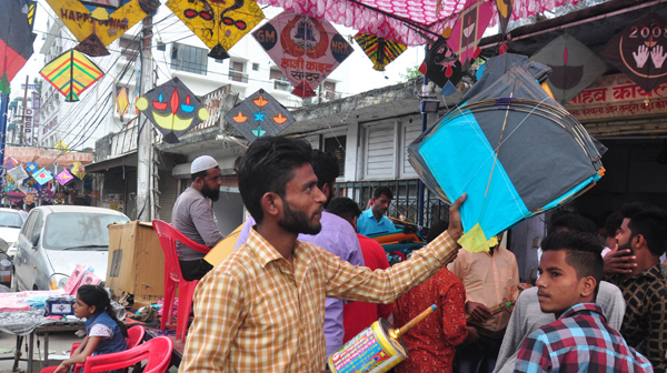 LUCKNOW, OCT 28 (UNI) Kites galore: People celebrate Jamghat, a traditional Lucknow festival, a day after Diwali, while buying kites and 'manjha' in the state capital on Monday. UNI PHOTO-LKWPC1