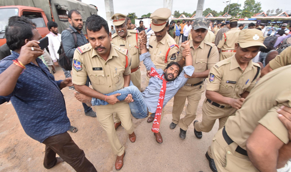 HYDERABAD, OCT 19 (UNI):- Police detaining the representatives of the Left Parties during their protest against the TRS Government and in Support of RTC employees Strike in the old city locality in Hyderabd on Saturday.UNI PHOTO-45U