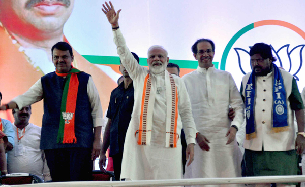 MUMBAI, OCT 18 (UNI) - Prime Minister Narendra Modi during a campaign rally for Maharashtra assembly election with other BJP leaders, in Mumbai on Friday. UNI PHOTO-94U