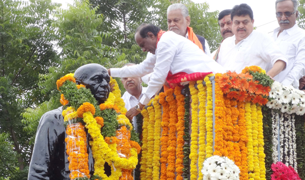 HYDERABAD, OCT 31 (UNI):- Telangana BJP Unit President Dr. K Laxman, garlanding the statue of Sardar Patel Jayanti, on the occasion of Ekta Diwas, organised by BJP on Thursday at Sardar Patel Statue, Public Gardens, Basheerbagh in Hyderabad. UNI PHOTO-RSN1U