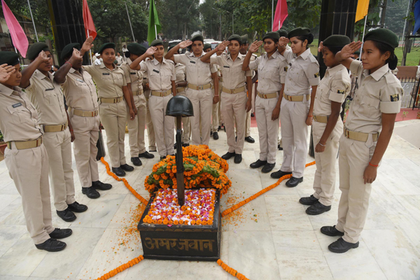 PATNA, OCT 21 (UNI):- Police personnel paying tributes to martyred policemen at police memorial on the occasion of National Police Day parade, in Patna on Monday.UNI PHOTO-3U