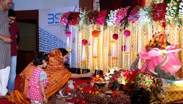 MUMBAI,OCT 27 (UNI) - Stockbrokers trades with their family during a special muhurat trading session for Diwali and Laxmi Puja at BSE in Mumbai on Sunday.UNI PHOTO-55U