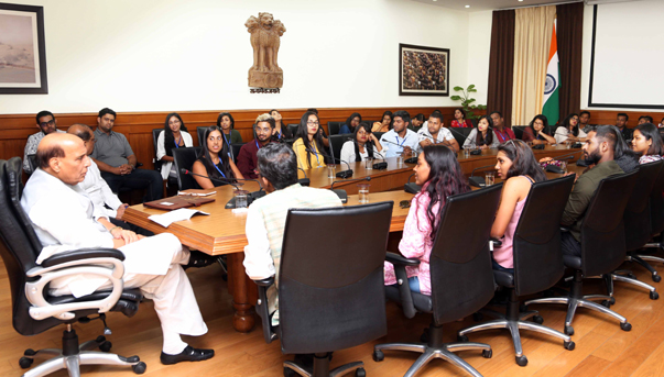 NEW DELHI, OCT 22 (UNI):- Defence Minister Rajnath Singh interacting with delegates from 10 countries under 'Know India' programme, in New Delhi on Tuesday. UNI PHOTO-41U