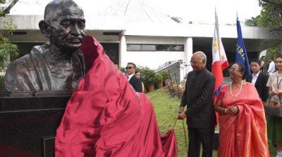 MANILA, OCT 20 (UNI):- President Ram Nath Kovind, unveiling the bust of Mahatma Gandhi at Miriam College, Quezon City, Manila, Philippines on Sundsay. UNI PHOTO-7F