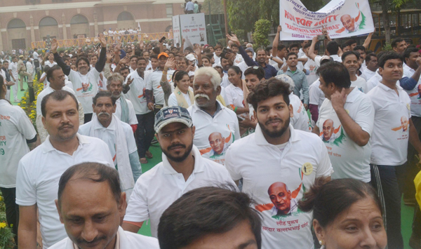 NEW DELHI, OCT 31 (UNI):- People participating in the 'Run for Unity' on the Rashtriya Ekta Diwas, at Major Dhyan Chand National Stadium, in New Delhi on Thursday. UNI PHOTO-RK5U
