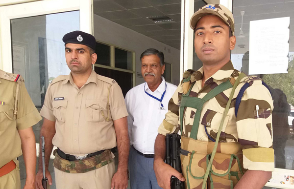 SIRSA, OCT 22 (UNI):- Security personnel guarding the EVMs kept at Chaudhary Devi Lal University, in Sirsa on Tuesday. UNI PHOTO-44u