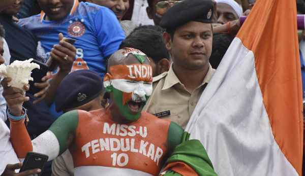 RANCHI, OCT 20 (UNI):– India's Cricket fan blows conch during the second day of the third and final Test match between India and South Africa in Ranchi on Sunday.UNI PHOTO-29U
