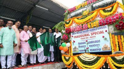 VIJAYAPUR, OCT 22 (UNI)- Minster of state for Railways Suresh Angadi flagging off Vijaypur-Yesvanthpur special train at Vijaypur Railway station on Tuesday. UNI PHOTO-13U
