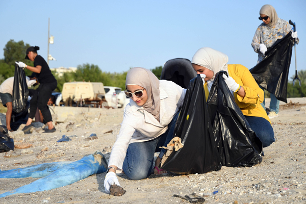 KUWAIT CITY, Oct. 20, 2019 (Xinhua) -- Volunteers collect trash on the sea beach in Kuwait City, Kuwait, on Oct. 19, 2019. A local group named Trashtag Kuwait launched a sea beach cleaning campaign in April this year. Every week the group organized events to clean sea beaches in Kuwait. According to Yousef Al-Shatti, one of the organizers of the event, the group consists of about 100 volunteers in Kuwait and aims to spread environmental awareness among people and reduce pollution. (Photo by Ghazy Qaffaf/Xinhua/UNI PHOTO-4F