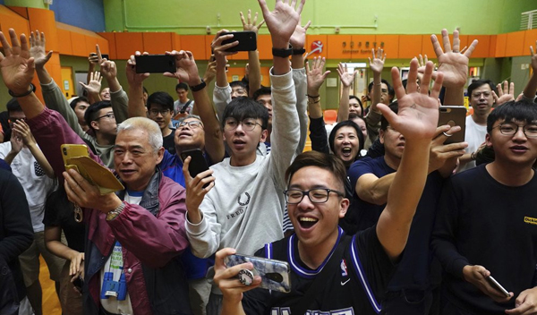 Hong Kong: Pro-democracy bloc sweeps district polls