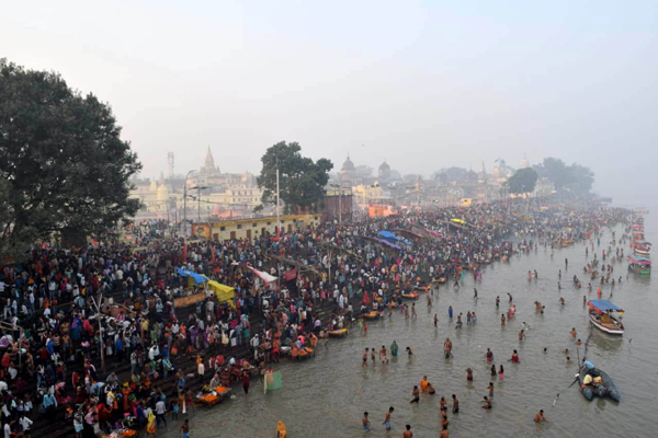 AYODHYA, NOV 5 (UNI) Devotees participating in the 14 Koshi parikarma in Ayodhya on Tuesday. UNI PHOTO-LKWPC9U