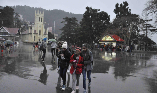 SHIMLA, NOV 26 (UNI) Visitors in Shimla enjoying rainy weather on Tuesday.UNI PHOTO-55U