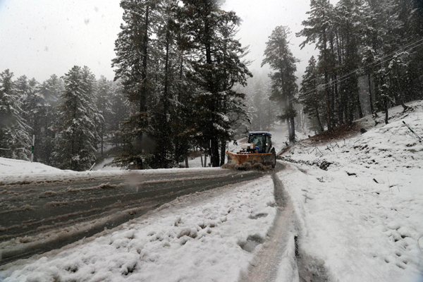 GULMARG (KASHMIR), NOV 6 (UNI) World famous ski resort of Gulmarg in Kashmir valley experienced seasons first snowfall on Wednesday. UNI SRN PHOTO 9