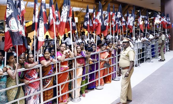 CHENNAI, NOV 19 (UNI):-AIADMK workers waiting outside the Chennai Airport to welcome Tamil Nadu Deputy Chief Minister O Panneerselvam Monday night. UNI PHOTO TK 5 U