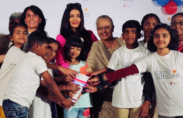 MUMBAI, NOV 20 (UNI) - Bollywood actress Aishwarya Rai Bachchan along with her mother Vrinda Rai and her daughter Aaradhya celebrates Day of Smiles with NGO kids on her late father's birthday at NH SRCC Children's Hospital, in Mumbai on Wednesday. UNI PHOTO-55U
