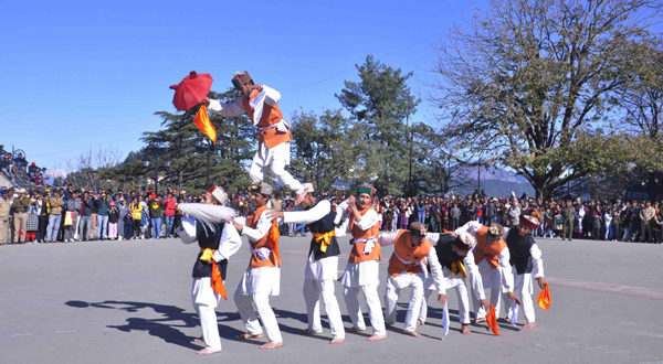 SHIMLA, NOV 30 (UNI) Artists performing cultural program at the Historical Ridge Madan, in Shimla on Saturday. UNI PHOTO-67U
