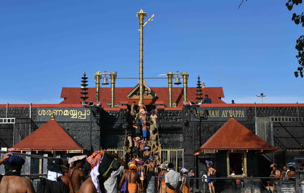 SABARIMALA, NOV 19 (UNI)-Devotee walking on steps for offering prayers to Lord Ayyappa,During the two month long Mandala Makaravilakku festival season in Sbraimala on Tuseday. UNI PHOTO -81U