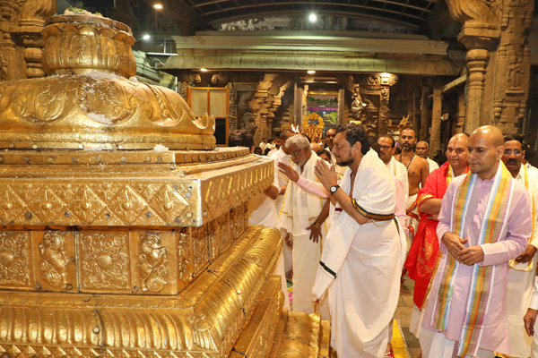 TIRUMALA, Nov 23 (UNI) : During his maiden visit to Tirumala in the capacity of the Chief Justice of India, Justice Sharad Arvind Bobde is offering prayers at the famous hill shrine of Lord Venkateswara here on Saturday evening. Tirumala Tirupati Devasthanams (TTD) Trust Board Chairman Y V Subbareddy and Executive officer Anil Kumar Singhal also present. UNI PHOTO RAO13