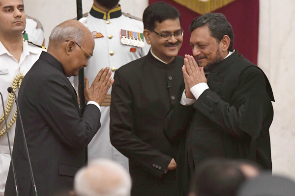 NEW DELHI, NOV 18 (UNI):-President Ram Nath Kovind being greeted by Justice Sharad Arvind Bodbe after being sworn in as Chief Justice of India during a swearing-in ceremony at Rashtrapati Bhavan, in New Delhi on Monday. UNI PHOTO-11U