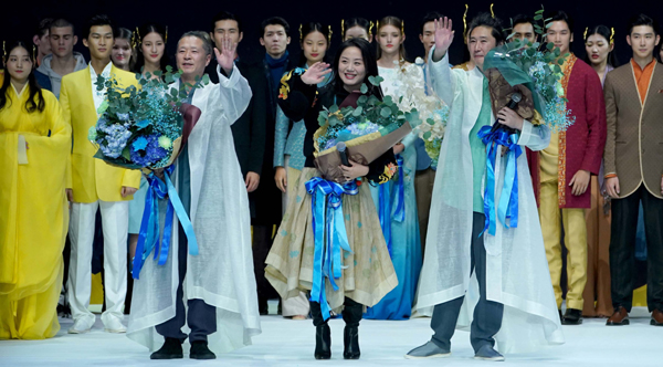 BEIJING, Oct. 31, 2019 (Xinhua) -- Designer Chu Yan (front, C) answers the curtain call during China Fashion Week S/S 2020 in Beijing, capital of China, Oct. 31, 2019. (Xinhua/UNI PHOTO-17F