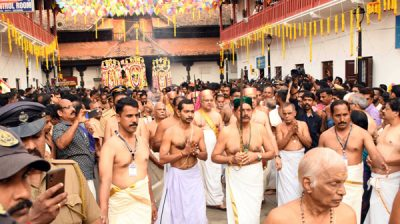 THIRUVANANTHAPURAM, NOV 4 (UNI) - Members of Travancore Royal Family and devotees leading to Aarattu procession starts from Sree Padmanabhaswamy Temple proceed to the Shanghumugham Beach, on the occasion of Alpasi Festival in Thiruvananthapuram on Monday. UNI PHOTO-75U