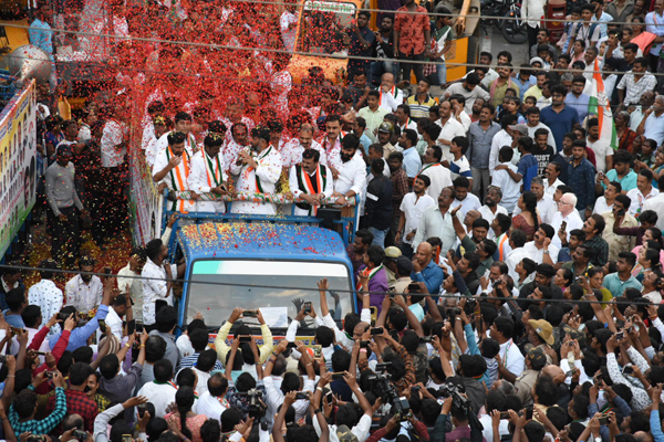 BENGALURU, NOV 29 (UNI) :- Congress leader D K Shivkumar during an election campaign for Congress candidate Shivraj for the upcoming bye Election at Mahalakshmi Layout in Bengaluru on Friday. UNI PHOTO SLP12U