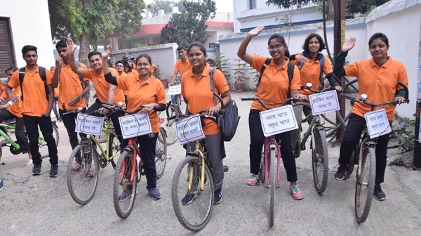 PATNA, NOV 24 (UNI):- Voluntears riding cycle Fit India Movement campaign during Swami Vivekananda Swasthya Cycle Yatra,in Patna on Sunday. UNI PHOTO-2U