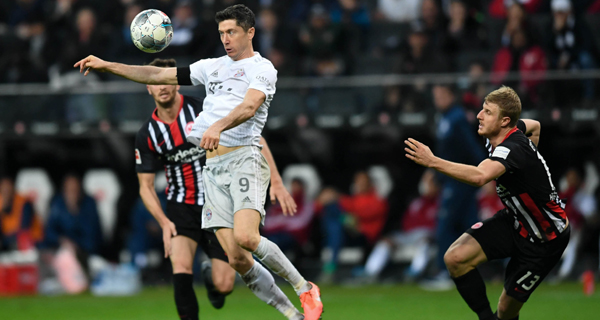 FRANKFURT, Nov. 3, 2019 (Xinhua) -- Robert Lewandowski (C) of Bayern Munich competes during a 2019-2020 season German Bundesliga match against Eintracht Frankfurt in Frankfurt, Germany, Nov. 2, 2019. (Xinhua/UNI PHOTO-3F