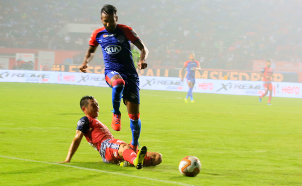 JAMSHEDPUR, NOV 3 (UNI):- Jamshedpur FC player (Red jersey) and Bengaluru FC players (Blue-Red jersey) in-action during Indian Super League (ISL) Football Match 2019-20 at JRD Tata Sport Complex in Jamshedpur, Jharkhand on Sunday. UNI PHOTO-67U