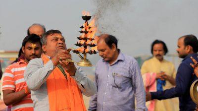 PRAYAGRAJ, NOV 25 (UNI)- Devotees offering Ganga aarti after taking holy dip on foggy Monday morningin Prayagraj. UNI PHOTO-6u