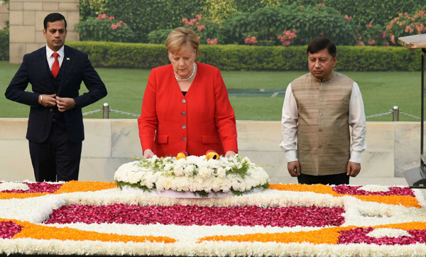 NEW DELHI, NOV 1 (UNI):- Chancellor of the Federal Republic of Germany Angela Merkel paying homage at the Samadhi of Mahatma Gandhi at Rajghat in Delhi on Friday.UNI PHOTO-9U