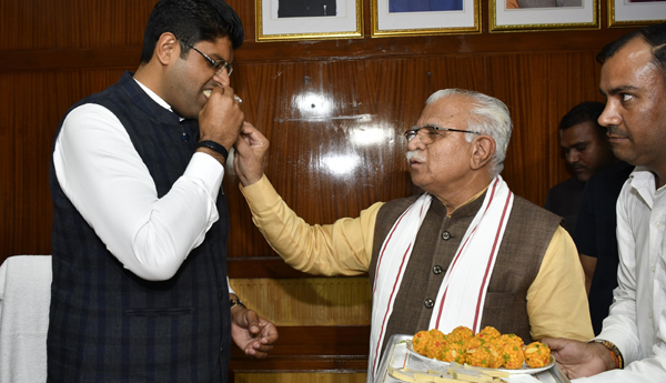 CHANDIGARH, NOV 4 (UNI)- Haryana Chief Minister Manohar Lal with Deputy Chief Minister Dushyant Chautala, as he takes the charge of his office at Haryana Civil Secretariat in Chandigarh on Monday. UNI PHOTO-33U