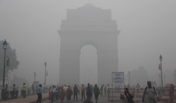 NEW DELHI, NOV 3 (UNI):- A view of India Gate Air pollution in New Delhi on Sunday.UNI PHOTO-JA4U
