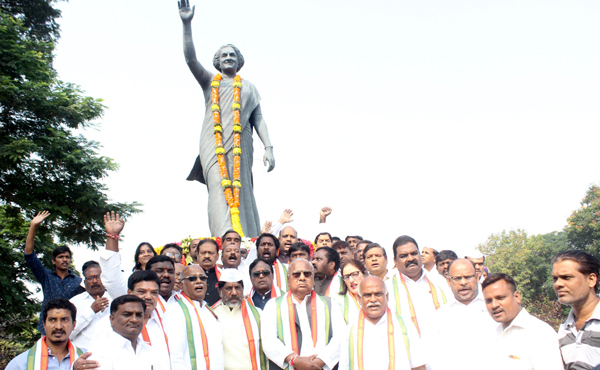 HYDERABAD, NOV 19 (UNI):- Telangana Senior Congress leader paying tributes to Former Prime Minister Indira Gandhi on the occasion of her Birth anniversary at the statue of Necklace Road in Hyderabad on Tuesday. UNI PHOTO – RJ6u