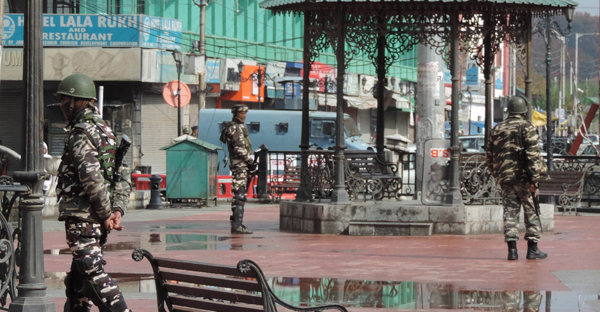 SRINAGAR, NOV 3 (UNI)Security personnel keeping vigil in Lal Chowk even as torrential rains lash the valley on Sunday amid amid spontaneous general strike on the 9Ist Consecutive day on Sunday.UNI PHOTO-38U