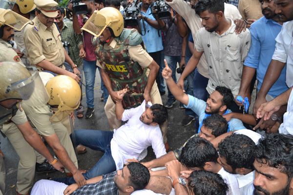 THIRUVANANTHAPURAM,NOV 19 (UNI)-Police arrest Kerala Students Union (KSU) workers staging a march to kerala state legislative assembly, protest against mark controversy of kerala university in Thiruvananthapuram on Tuseday.UNI PHOTO-45U