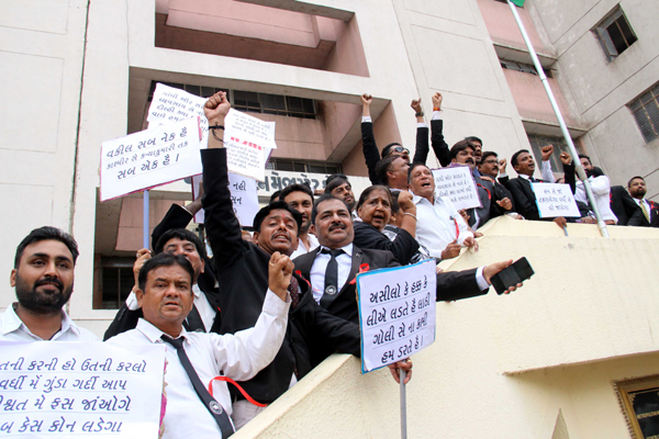 AHMEDABAD, NOV 6 (UNI) - Members of Bar Council of Gujarat shout slogan against police as they protest over following the clash between Lawyers and police at the Tis Hazari court, at inside the Metro Court in Ahmedabad city on Wednesday. UNI PHOTO-39U