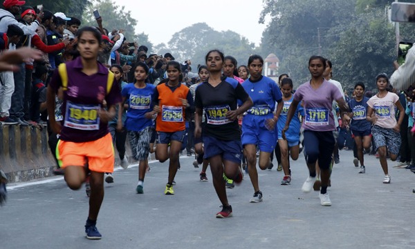 PRAYAGRAJ, NOV 19 (UNI)- People participanting in a marathon on the occesion of birth anniversary of former Prime minister of Indira Gandhi in Prayagraj on Tuesday. UNI PHOTO-5U
